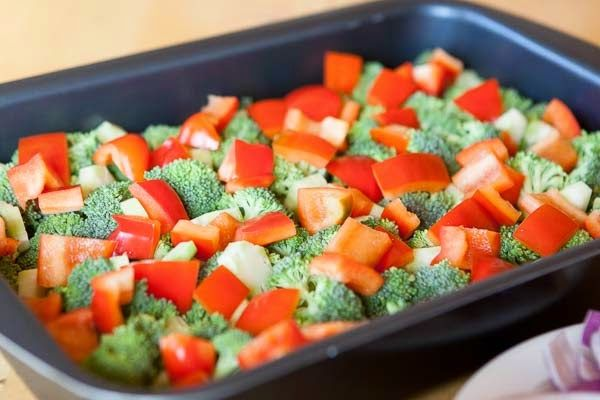 Ugnsrostade grönsaker med fetaost   Nu har vi haft grillpremiär för säsongen här hemma. Vi grillade baconlindade kycklingfiléer som servera...
