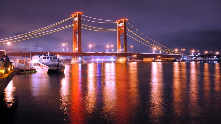 Jembatan Ampera di Palembang sewaktu malam