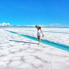 塩湖といえば「ウユニ塩湖」が人気ですよね。しかし、アルゼンチンにはウユニ塩湖にも負けない絶景を持つ「サリーナス・グランデス」があったんです。まだ知名度は高くありませんが、その絶景は一見の価値あり。観光客でごった返す前に行きたい!