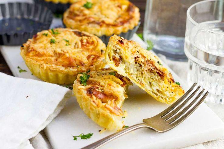 Recept voor hartige quiche voor 4 personen. Met boter, peper, appel, prosciutto, zongedroogde tomaten, ei, geraspte kaas, crème fraîche, ui, knoflook en bladerdeegvel