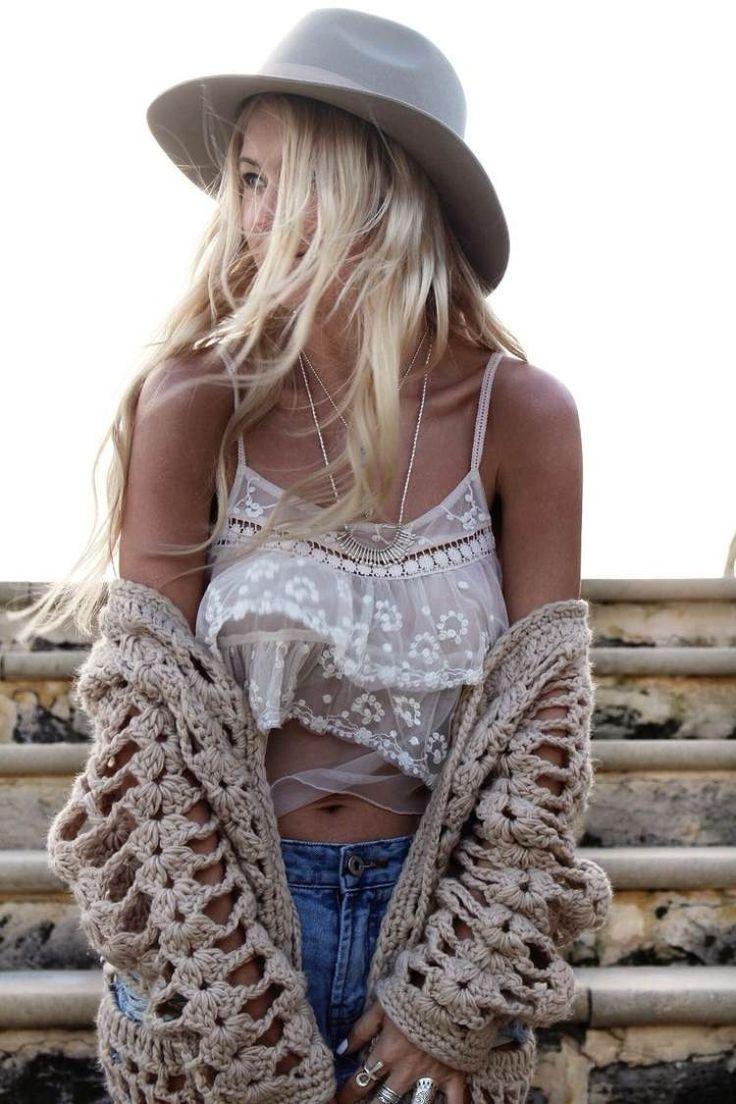 top court en dentelle, gilet tricoté beige clair et chapeau Fedora gris - mode hippie chic élégante