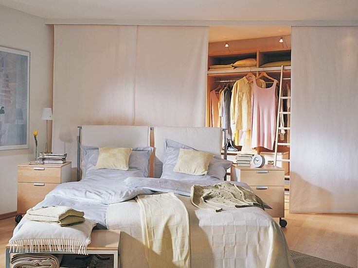 Armadio dietro il letto con tende a pannello