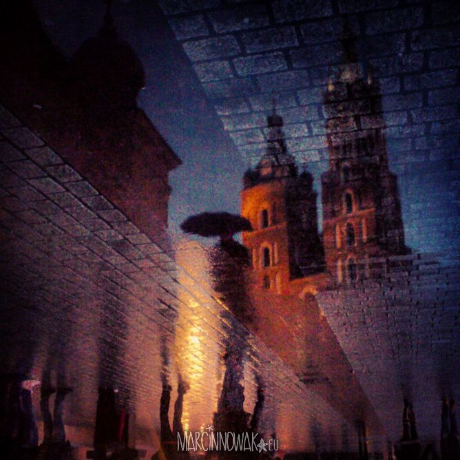 #Krakow w listopadzie. Kościół Mariacki w  odbiciu w Rynku #Cracow #november