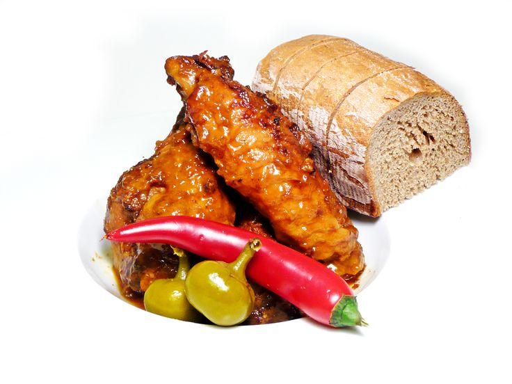 Pečená krůtí křídla v pikantní marinádě a ¼ rozpečeného chleba #ukastanujarov http://www.ukastanu.cz/jarov
