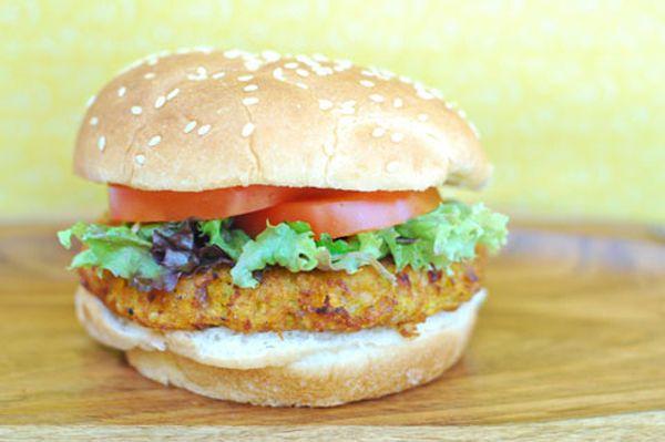 Burger με κινόα και γλυκοπατάτα