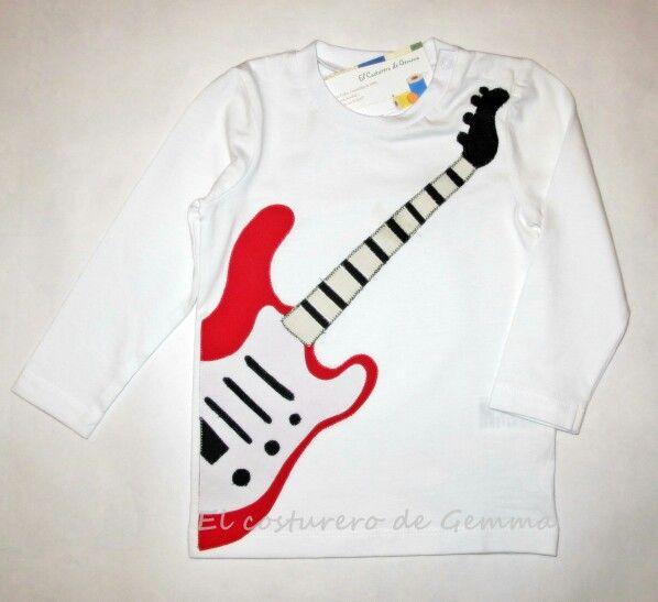 Camiseta con detalle de guitarra
