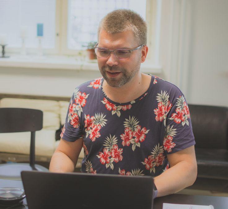 Digitalisaation huippuasiantuntija Asko Mononen kukkaisissa tunnelmissa Siltasaaressa 8/2017.