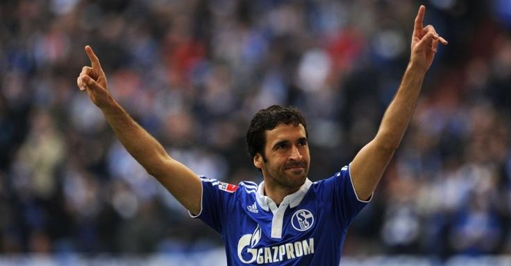Raúl marcou duas vezes na vitória por 3 a 0 do Schalke 04 sobre o Hannover 96 neste domingo
