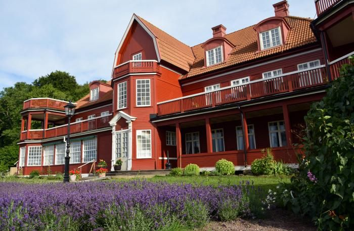 Ombergs Turisthotell on Lake Vättern's eastern shore — between Vadstena and Gränna at the beautiful stretch where beech forest meets the expansive view of Vättern and the Östgöta plain.