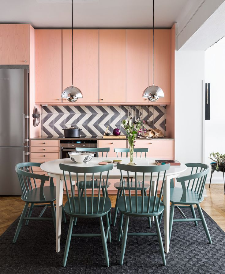 Pink kitchen and mint coloured chairs. Scandinavian trends. Ideas how to decorate with the biggest trends 2018.