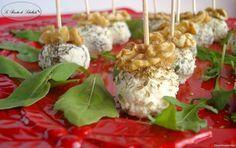 Un'idea carina e simpatica per il buffet di Capodanno: tartufini al formaggio e noci.