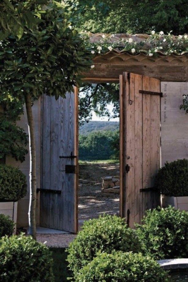 Mooie openslaande schutting deuren in oude stijl.
