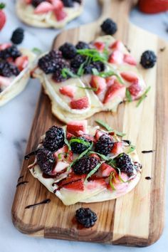 These grilled blackberry, strawberry, basil and brie pizza crisps are perfect appetizers to serve this 4th of July weekend.