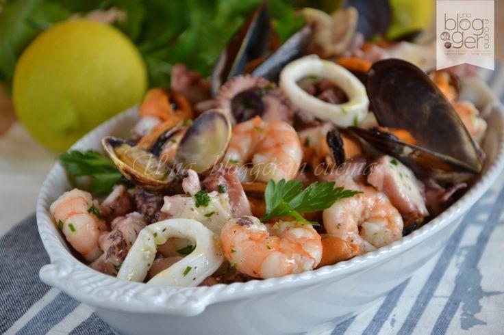 Insalata di mare, un piatto unico o antipasto delizioso e sfizioso, a base di polpo, gamberi, calamari, vongole e cozze condito con una citronette leggera.