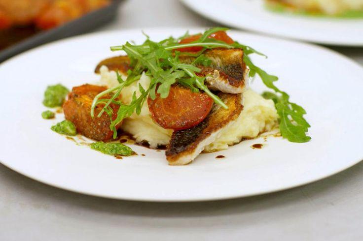 Gebaken pieterman met parmezaanpuree, geroosterde tomaat en rucolapesto