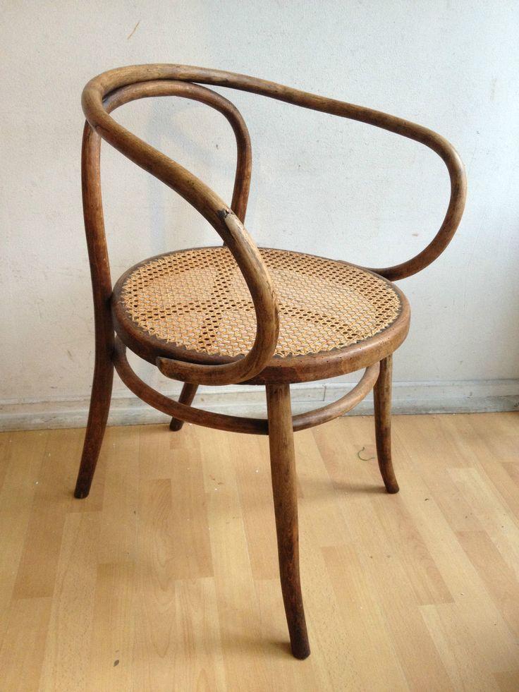 Ancien fauteuil en bois courb assise cann e baumann for Chaise fauteuil