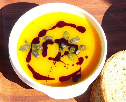 Рецепт тыквенного супа с чипсами из бекона  Тыквенный суп - полезное и вкусное блюдо, очень подходит рецепт тыквенного супа в холодную пору года. Приготовим тыквенный суп с особенными фишками!  1. Суп обладает замечательным вкусом - потому как готовится нетрадиционно. 2. Набор специй делает его очень ароматным. 3. И точка над i - чипсы из бекона.