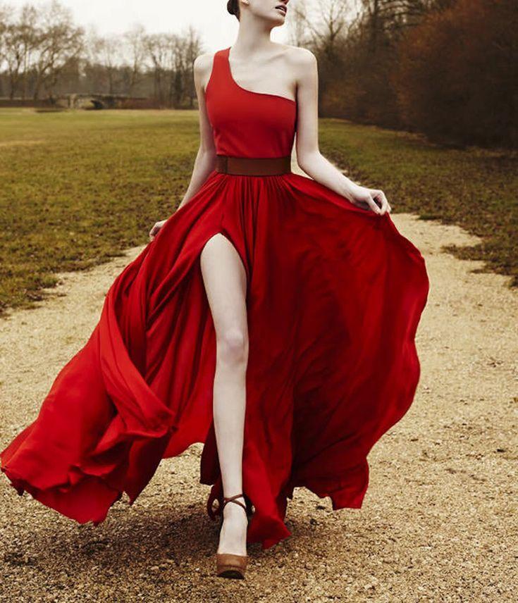 Un vestido bellisimo de una tira,con con corte de pienta hermoso,y ese rojo sangre es....¡HERMOSOOOOOOOOOOOOOOOOO!!
