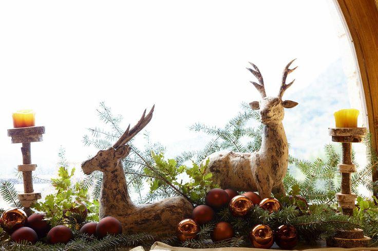 Dekoracje na stół wigilijny, ozdoby świąteczne, renifery, świece. Zobacz więcej na: https://www.homify.pl/katalogi-inspiracji/13219/pomysly-na-stol-wigilijny