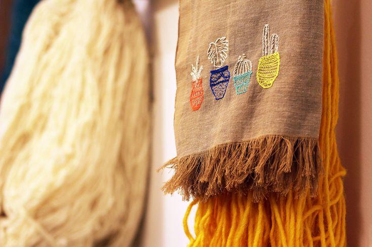 En el viaje de Talleres Nómadas en Marrakech del año pasado, hemos visitado el taller de telar tradicional de Bennouna Faissal. Y allí ha surgido una colaboración especial: experimentar bordando alguno de sus exquisitos fulares. Shukran Faissal! No fue difícil la inspiración luego de haber recorrido lugares tan especiales como Jardin Marjorelle o recorrer sus callecitas.