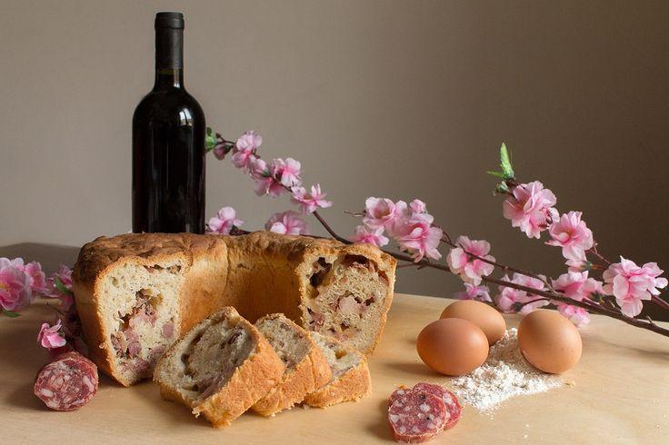 Nelgiorno di Pasqua e, ancora di più, in quello di Pasquetta,la tradizione napoletana vuole che a tavola ci sia anche lui: il casatiello. Un piatto che vi stupirà con il suo sapore ricco.    Per la preparazione del casatiello napoletano bisogna iniziare col preparare l'impasto che varrà i