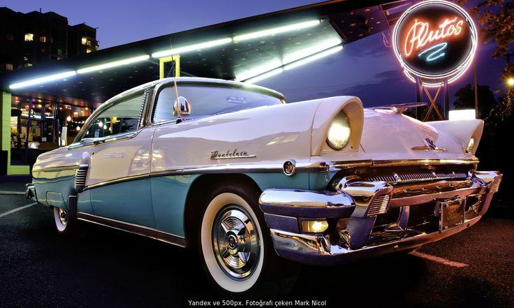 1956 yapımı Mercury Montclair arabasının bu resmi, 1950'li yılları andıran tarzda yapılmış bir lokantanın yanında çekilmiş.