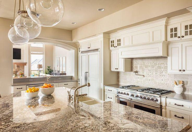 Biała kuchnia - przestronna, ale i urocza. #design #urządzanie #urząrzaniewnętrz #urządzaniewnętrza #inspiracja #inspiracje #dekoracja #dekoracje #dom #mieszkanie #pokój #aranżacje #aranżacja #aranżacjewnętrz #aranżacjawnętrz #aranżowanie #aranżowaniewnętrz #ozdoby #kuchnia #jadalnia