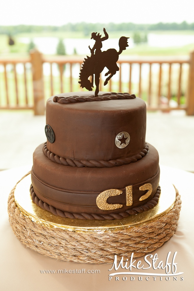 Could easily be adapted for a UW Pokes cake!!!    #Mike Staff Productions #wedding details #wedding photography http://www.mikestaff.com/services/photography