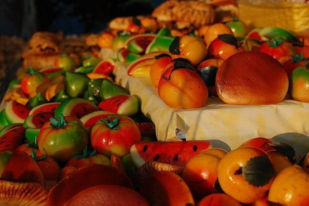 I frutti di marzapane, che si preparano per la festa dei morti a Palermo: http://www.caccabe.it/2012/10/12/ricetta-marzapane-la-pasta-di-mandorle-per-la-festa-dei-morti-in-sicilia/#