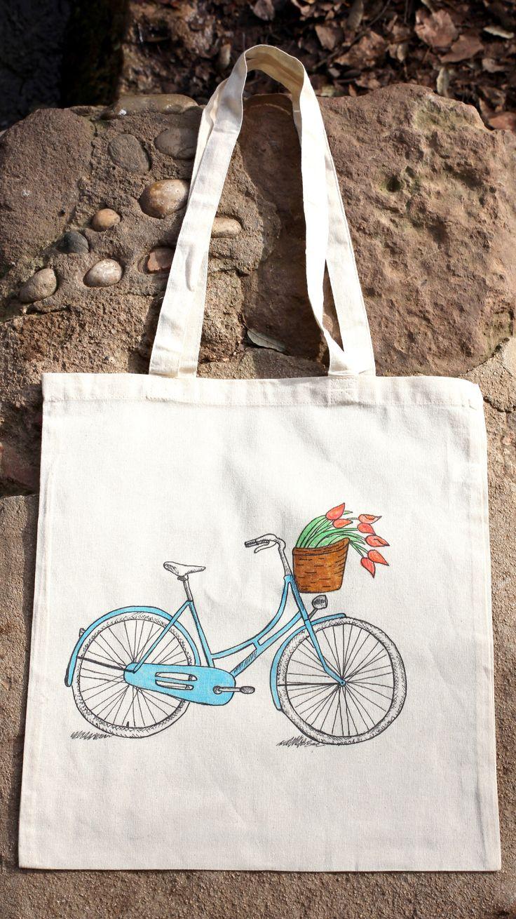 Bolsa de tela pintada a mano. Bicicleta azul estilo vintage