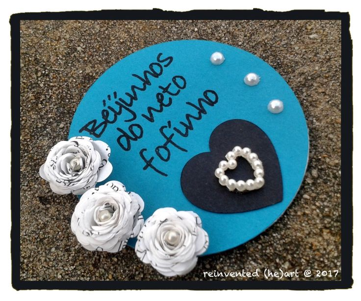 Íman de frigorífico personalizável  Material: amor, cartolina, papel e missangas Tamanho: 6,3 cm diâmetro (2,5 polegadas) Customizable fridge magnet  Material: love, cardstock, paper and beads Size: 6.3 cm diameter (2.5 inches)