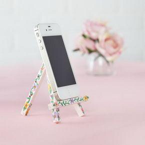 Cavalete iPhone.  Pinte o cavalete com tinta acrílica e usar os marcadores do Sharpie para desenhar padrão floral nele por bela penhora.