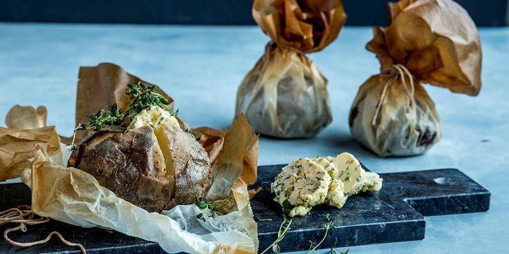Enkelte ting går aldri av moten. Lag bakt potet fylt med deilig kryddersmør neste gang du skal servere biff.