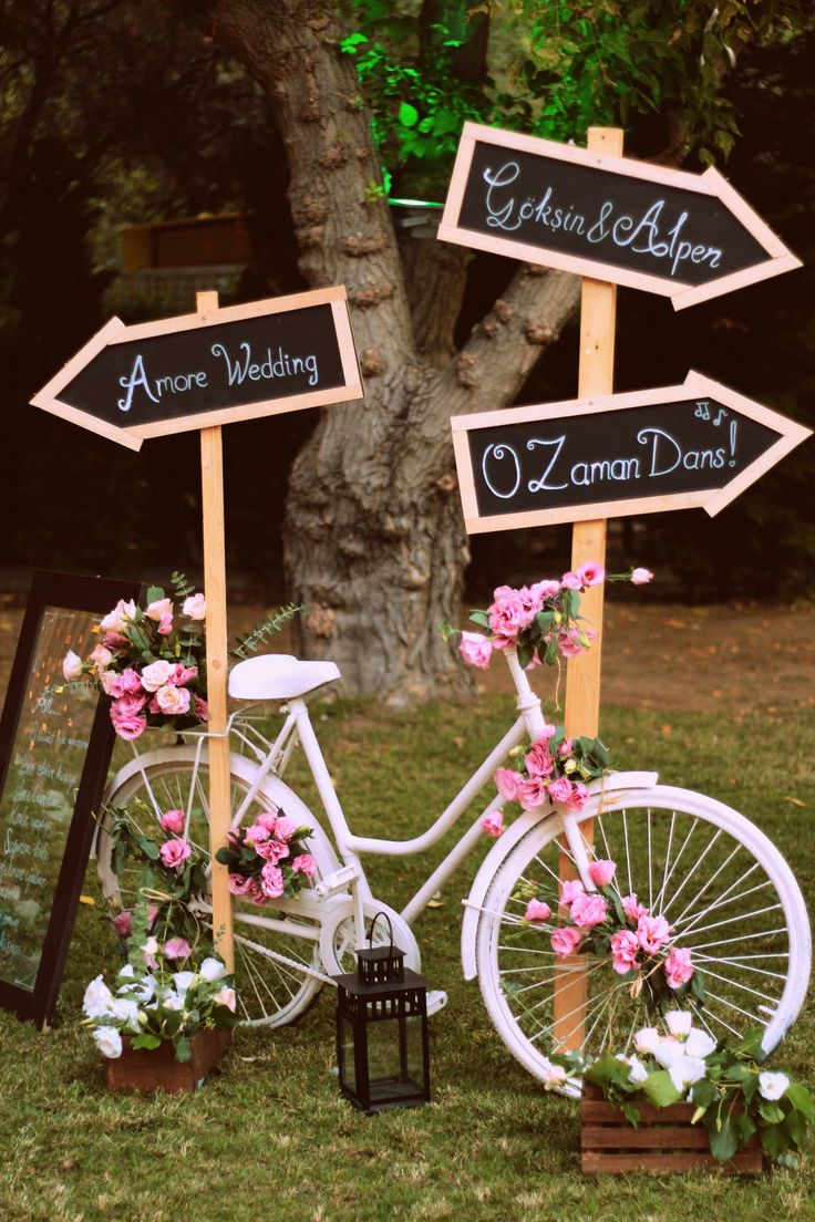 Dreamy dreamy entrance decoration... Bicycle wedding decor is always a good idea for vintage weddings. Not just vintage; there are some rustic and country touches of course. Düğün http://turkrazzi.com/ppost/537546905503197239/
