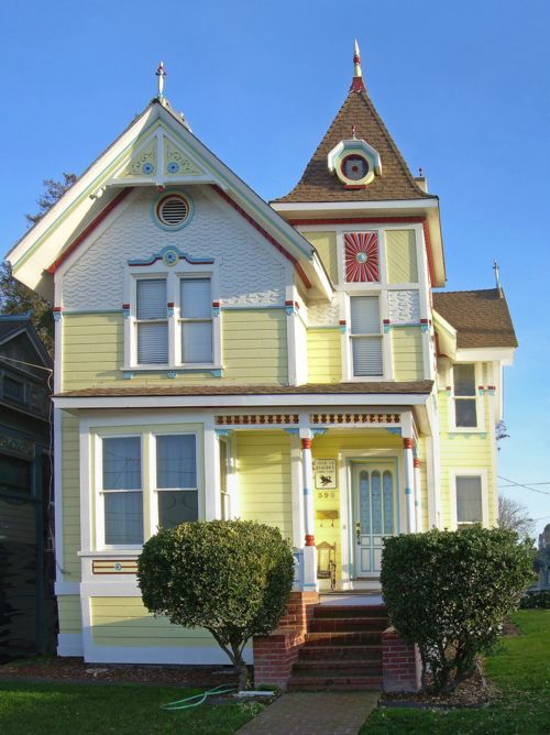 Interesting siding on upper story half fish scale half for Really cute houses