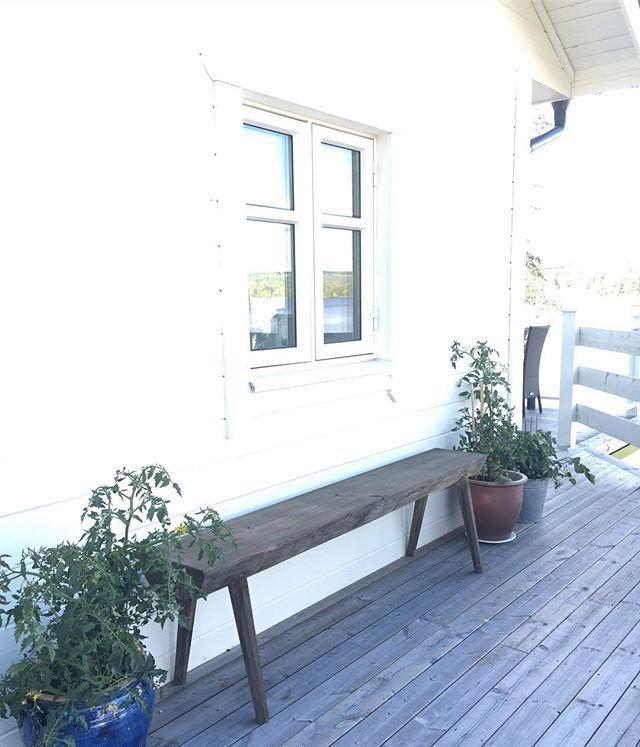 [ℓöя∂αg]  GOᗪ ᗰOᖇGOᑎ uppe med tuppen denna morgon, där  har mamma å jag suttit och druckit morgonkaffet och pratat gamla minnen på ljugarbänken ❤️ -------------------------------------------- Tomatplantorna växer så det knakar  ᕼᗩ Eᑎ ᖴIᑎ ᗪᗩG  Kᖇᗩᗰ ᑭÅ Eᖇ ❤️ #mitthem #myhome #finahem #ljugarbänk #vitahus #tomatplantor #interior4all #fiskarhedenvillan #blåbärsudden
