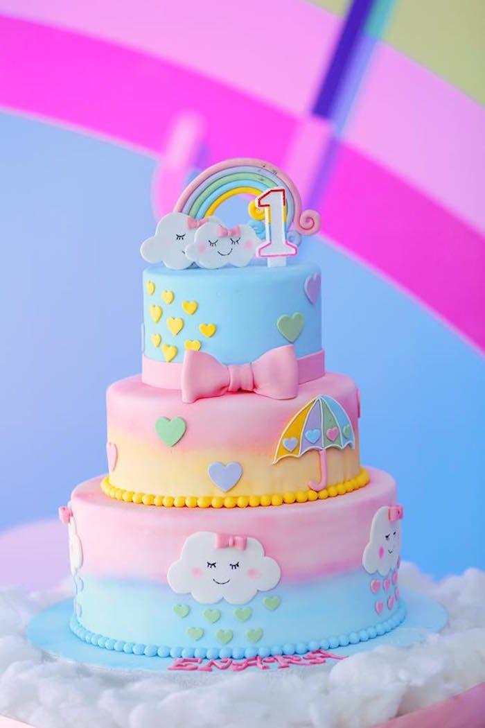 Pastellfarbener Regenbogen- und Wolkenkuchen von einer Geburtstagsfeier mit Regenb …   – Doğum günü