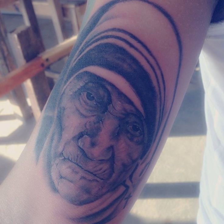 Bunda teresa dalam lenganku #tattoo #tattoos #blackgrey #realis #teresa #art #face by : moaanmo