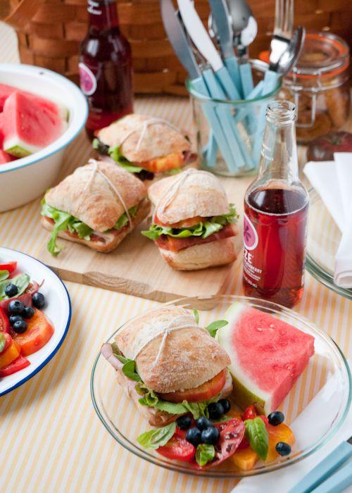 Idea in cucina: panino, insalata e frutta ;-) Foto 'pinnata' dalla nostra lettrice Alice Barboni Living Well: 12 Secrets For The Perfect Picnic