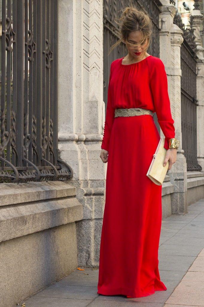 Vestido largo rojo con cinturón pedrería. Ideal para boda de invierno