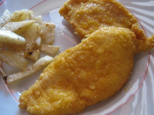 Filetes de pollo empanados con gusanitos. Ver receta: http://www.mis-recetas.org/recetas/show/35002-filetes-de-pollo-empanados-con-gusanitos