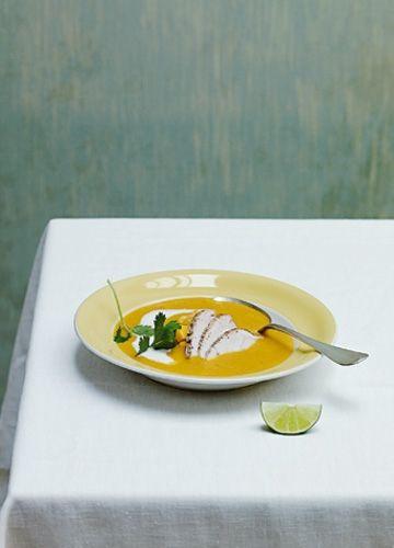 Zu Silvester kocht Anna Schwarzman dieses Jahr ein weniger traditionelles ›Dinner for One‹: Die würzige Hühnersuppe mit Curry und Kokosmilch war einstmals eine indische Sauce – und bekommt nun endlich ihren großen Auftritt.