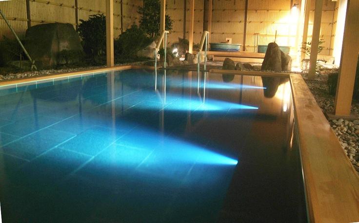 夜は露天風呂をライトアップして幻想的な空間に。