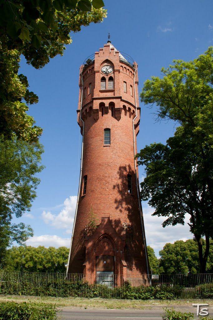 Wieża ciśnień w Biedrusku wybudowana w 1901 roku. Służyła na potrzeby lokalnej sieci wodociągowej obejmującej kasyno wojskowe i zespół koszar.