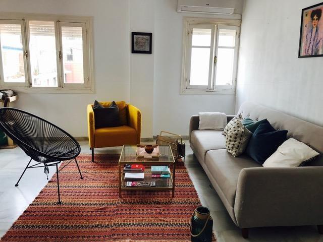 Vintage Möbel Sind Derzeit Wieder Total In! Hier Ein Schönes Beispiel Für  Die Wohnzimmereinrichtung: Ein Vintage Couchtisch Und Ein  Vintage Zeitungshalter.