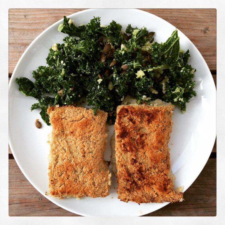 Pastel de quinoa y coliflor gratinado y ensalada de kale con aguacate