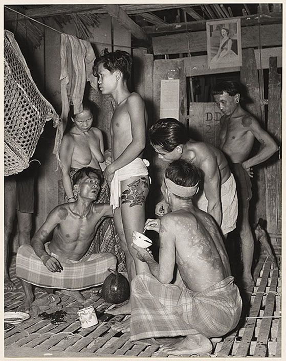 1950 photo by Hedda Morrison showing Iban tattooing. Hedda Morrison was a German photographer who created memorable documentary images of Beijing, Hong Kong and Sarawak from the 1930's to the 1960's.  #VanishingTattoo #VintageTattoos #TattooHistory