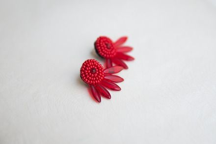 Orecchini rossi realizzati con piccole perle di vetro rosso, cristali rossi e daghe di vetro rosso cucite 1-1; ispirati agli orecchini da cocktail degli anni '50.  Ogni orecchino - 20799437