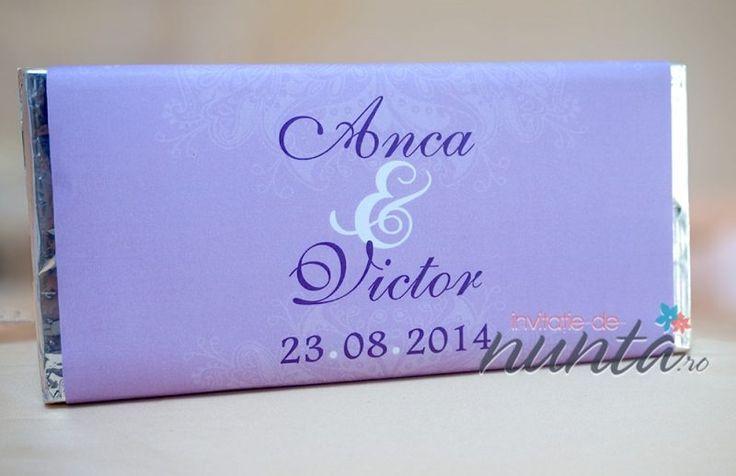 Marturie de nunta tableta de ciocolata Sweet Purple, decorata cu o eticheta eleganta, de culoare mov, cu model floral. Eticheta se personalizeaza cu numele mirilor si data nuntii.