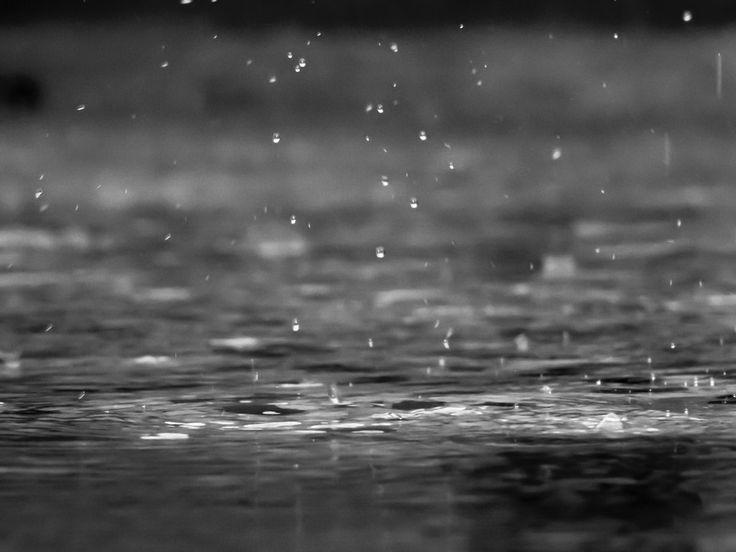 Descargar foto gratis de gotas de lluvia cayendo al suelo > http://imagenesgratis.eu/imagen-gratis-de-gotas-de-lluvia-cayendo-al-suelo/